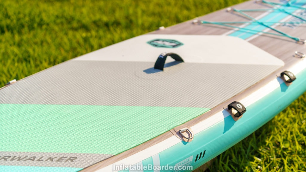 Overview of the d-rings, paddle strap, and handle at the middle of the board..